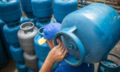 O preço dogás de cozinha sobe nas distribuidoras a partir desta segunda-feira (14). Reajuste de5,9%, anunciadopela Petrobras na sexta-feira (11),