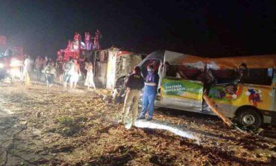 Um acidente envolvendo um caminhão, um ônibus e uma van resultou na morte de 12 pessoas na BR-101, em um trecho próximo da cidade de Mundo