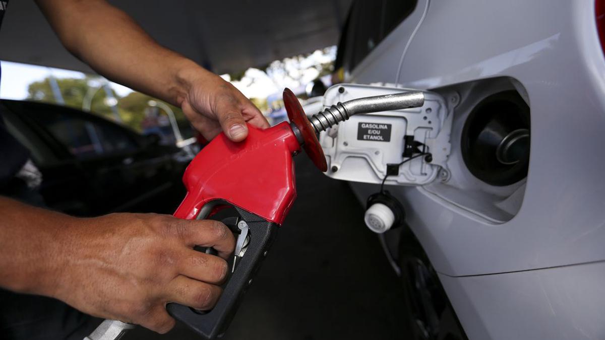 A gasolina e o gás de cozinha ficam mais caros para as distribuidoras a partir deste sábado (9). O aumento praticado pelaPetrobrasé de 7,2em cada produto. Segundo a companhia, o preço médio da gasolina passa de R$ 2,78 para R$ 2,98 por litro, refletindo reajuste médio de R$ 0,20 por litro.