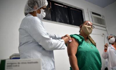A vacinação contra a Covid-19, em Salvador, seguirá com a aplicação da primeira, segunda e dose de reforço, na quinta-feira (14). Para ter